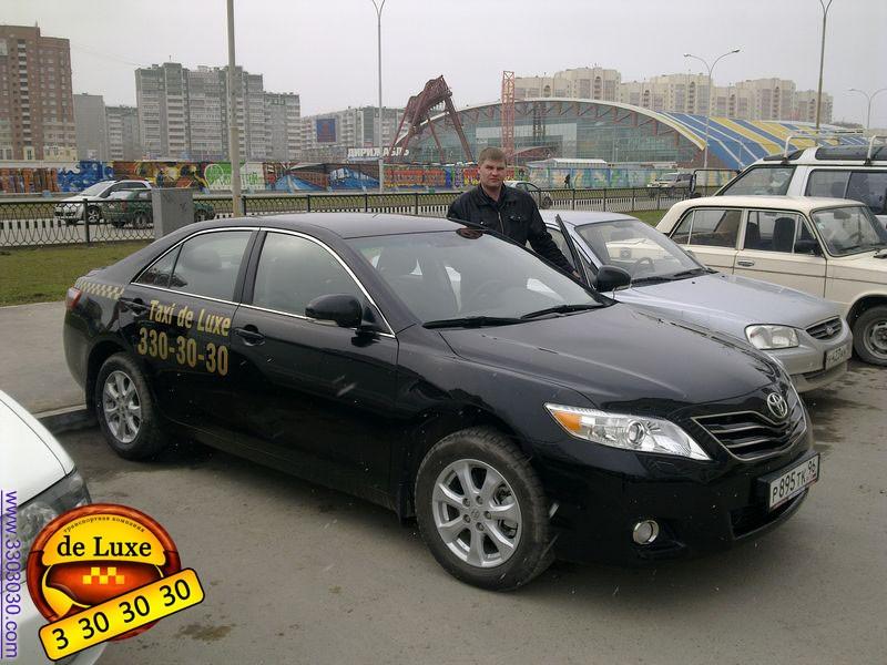 Водитель и Автомобиль Toyota Camry в Такси Де Люкс